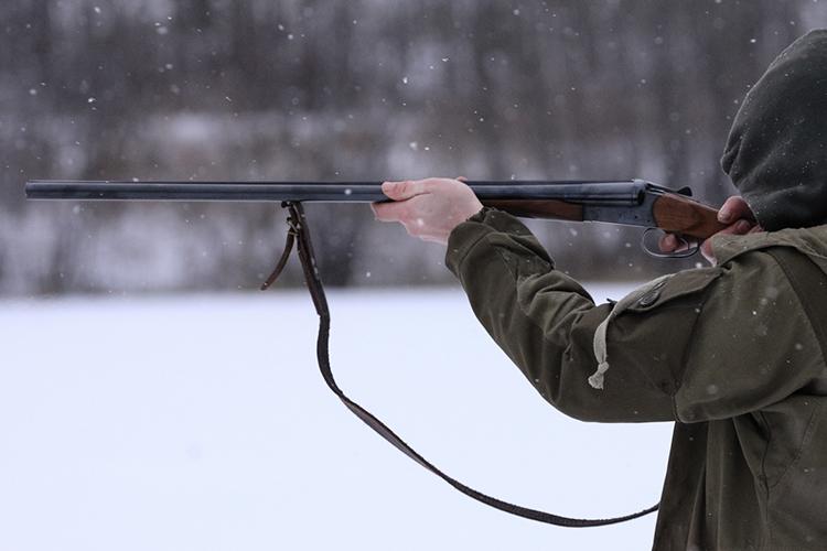 «В основном оружие покупают охотники. Наши клиенты — это мужчины от 30-35 лет и выше. Среди покупателей также попадаются женщины»