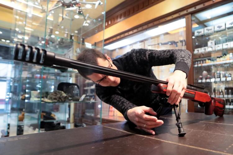 Наши герои анонимно рассказали, как строго контролируется оборот оружия, почему онибы тоже продали оружие«казанскому стрелку»икто восновном приходитзапокупкой штучного товара
