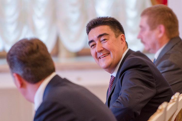 Знающие Алибаева говорят, что он увлекается плаванием, чтением исторической литературы, в частности популярными трудами по истории Бориса Акунина. Старается выбираться на рыбалку