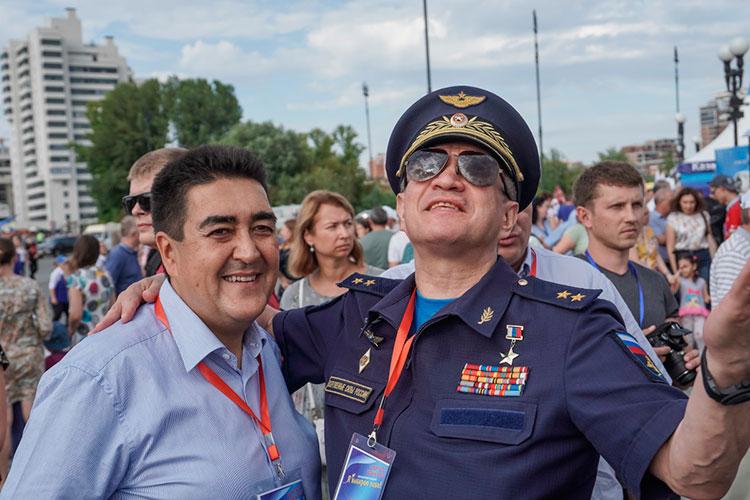 Казанский авиазавод связал Тимура Алибаева с Дальней авиацией. Справа - командующий ДА Сергей Кобылаш