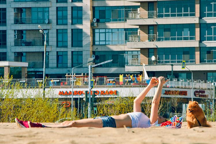 Социальные сети переполнены фотографиями спляжей, отдыхающие вкупальниках оправдывают игнорирование табличек «купаться запрещено» пометками «Жара! +30!»