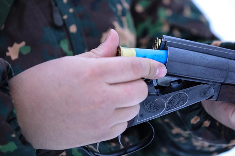 «Это оружие продается вовсех магазинах. Есть турецкий вариант, есть наши российские варианты. Унего один патрон впатроннике, пять под стволом. Это обыкновенное оружие, которое есть практически увсех»