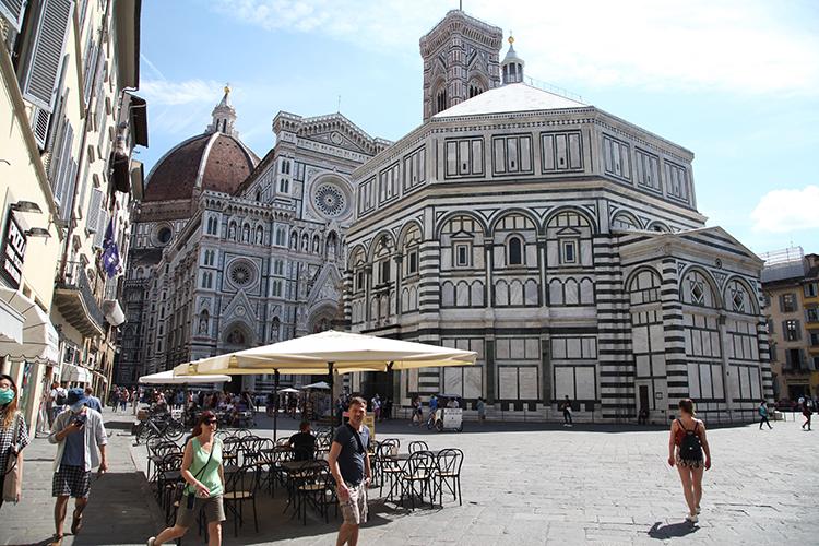 «Италия—да, моя любовь спервого вдоха. Первыйже город, Флоренция, пленил меня ипокорил окончательно ибесповоротно. Эти ощущения, когда тыидешь поулочке, которая помнит шаги Данте иЛеонардо, эти дома, вкоторые они входили, этот воздух, этот язык,ичеловек, курящий вфорточку одного изтаких домов,— это непередаваемо»
