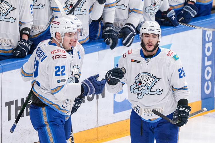 23-летнийПанюков (слева на фото) родился вНур-Султане. Хоккеист считается воспитанником казахстанского хоккея, при этом провёл два сезона зарубежом