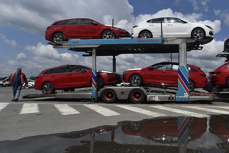 Hyundai, в Татарстане выступила еще слабее, потеряв 15,7% или 294 единицы до 1579 авто. По Казани спад составил треть (или 254 авто из 294 потерянных в РТ регистраций) — очевидно, что именно столичные автомобилисты охладели к марке