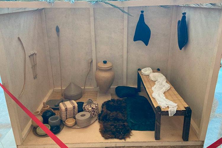 Особой популярностью угостей пользовался макет комнаты Пророка Мухаммада. Это полутораметровый куб соткрытой передней стенкой, внутри которого находился сам макет комнаты