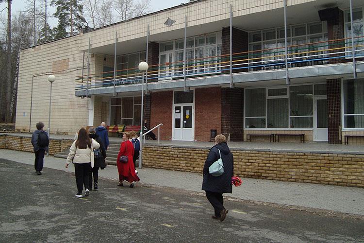 Санаторий «КАМАЗ», который располагается натерритории национального парка «Нижняя Кама» ажна46 га, готов принять 246 взрослых и235 детей. Цена путевки— 1653 рубля всутки, вместе спроживанием ипитанием