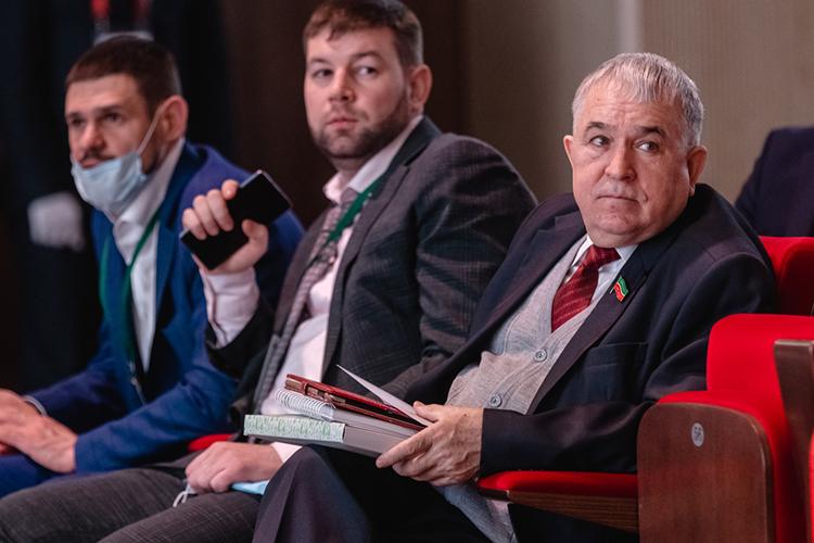Информация отом, что Миргалимов (справа) может переехать наОхотный ряд появилась еще впрошлом году. Правда изначально вкулуарах Госсовета утверждали, что лидер республиканского КПРФ пойдет поодному изодномандатныхокруговТатарстана