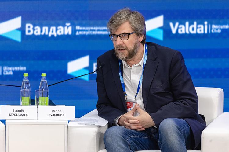 Модерировал первую сессию директор понаучной работе Фонда «Валдай», известный журналист-международник иполитологФедор Лукьянов