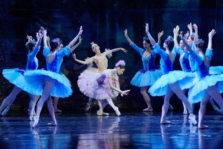 Одна изсамых гармоничных сцен нового балета— царство нереид влесной картине