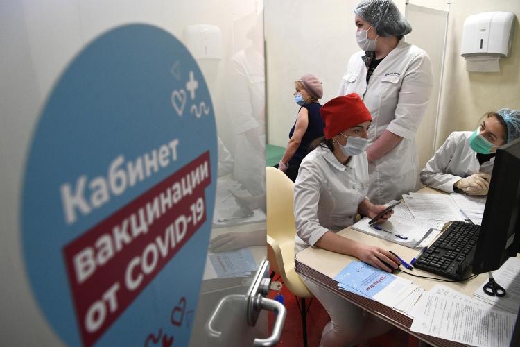 Среди аргументовмэр Москвыприводит впример стоимость прививки вЕвропе в1,5-2тыс. евро. «Унас бесплатно. Мало того, что вполиклиниках, торговых центрах, парках прививаем… Сейчас еще тысячу рублей платим пенсионерам»
