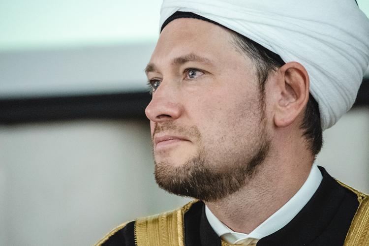 Мухетдинов известен широкой публике как активный исламский деятель. Нопомимо прочего онвсеже ученый иявляется первым вРоссии исламским доктором, защитившимся поспециальности Теология