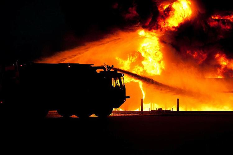 Очевидцем происходящего стал сосед, который незамедлительно выскочил ипобежал наспасение людей, позвонив перед этим пожарным