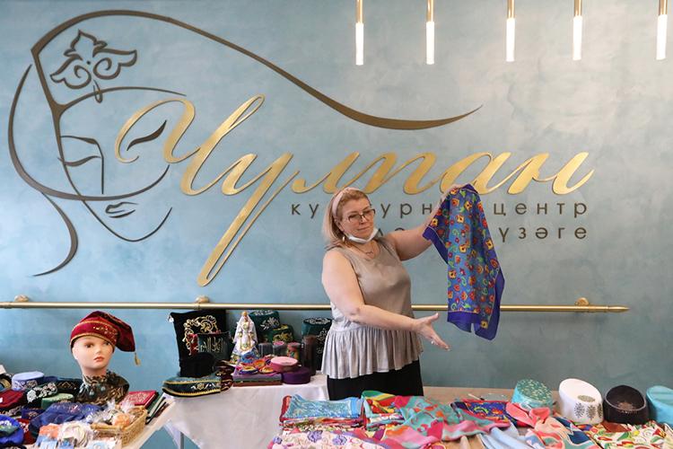 Потрадиции мероприятий, проводимых Всемирным конгрессом татар, вфойе центра была организована выставка-ярмарка производителей продукции итоваров народных промыслов