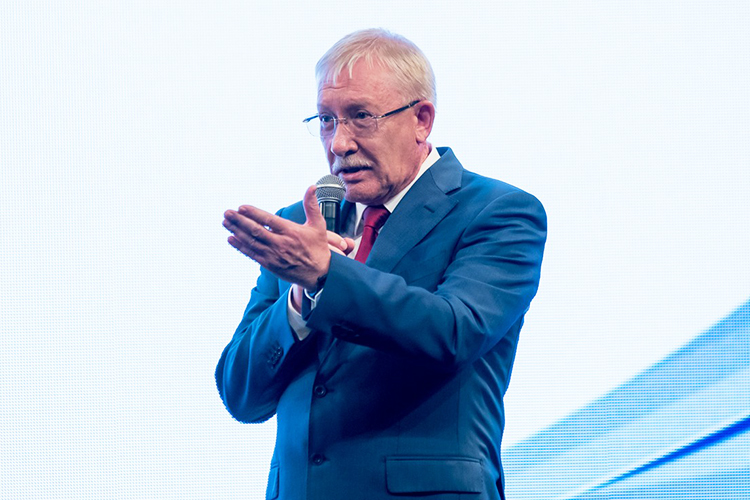Морозов напомнил, что как депутат онподдерживал республиканские проекты нафедеральном уровне, втом числе ипопринципиальнейшим вопросам: создание ОЭЗ «Алабуга», создание федерального университета вТатарстане, проведение Универсиады идр.