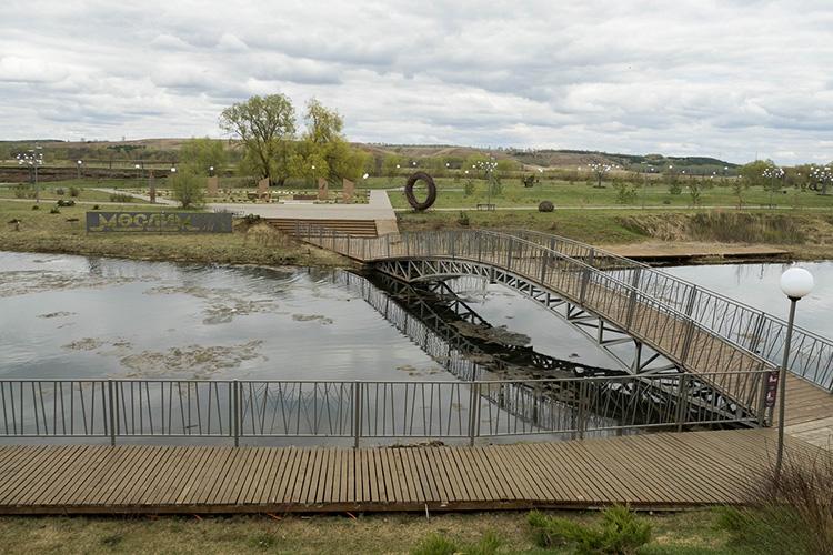 «Натом месте, где была свалка последние 40 лет, выкопали широкий канал протяженностью 1,5 километра, его заполнила вода изродников, вдоль реки Икбыло оформлено пространство для прогулок. Получилась настоящая набережная— излюбленное место муслюмовцев»