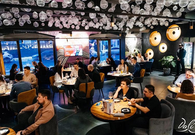 Несколько недель назад казанский рестобар «DALI» возобновил серию вечеров, которые смело можно называть «гастрономическими спектаклями»