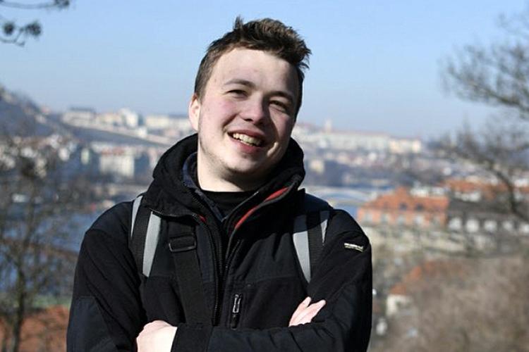 Сразуже после посадки ваэропорту был задержанбелорусский блогер иполитический активист, сооснователь оппозиционного телеграм-канала Nexta 25-летнийРоман Протасевич