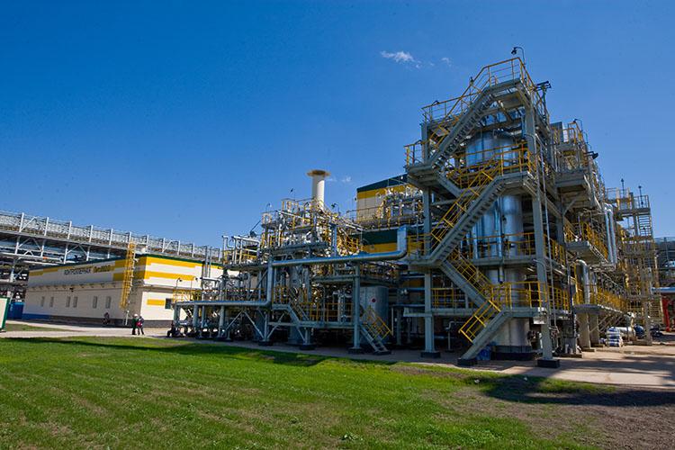 «Каталитический крекинг — установка, перерабатывающая тяжелое нефтяное сырье (в нашем случае это гидрооблагороженные тяжелый газойль коксования и остаток гидрокрекинга) в светлые нефтепродукты»