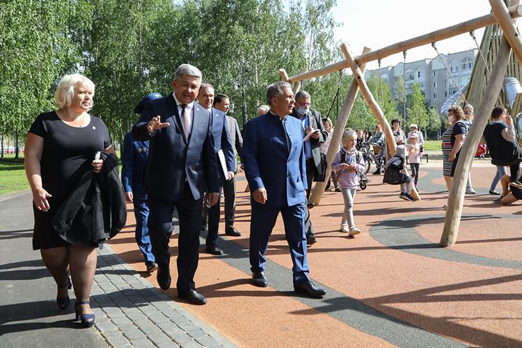 Президент РТпрогулялся подорожкам парка «Березовая роща». Пока готова только первая очередь, ноуже сейчас здесь,среди клумб, горокикачелей, звенят радостные детские голоса