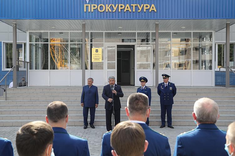 Сказанской улицы Карла Маркса Минниханов отправился Зеленодольск, где также всопровождении людей впогонах открыл новое здание Зеленодольской прокуратуры