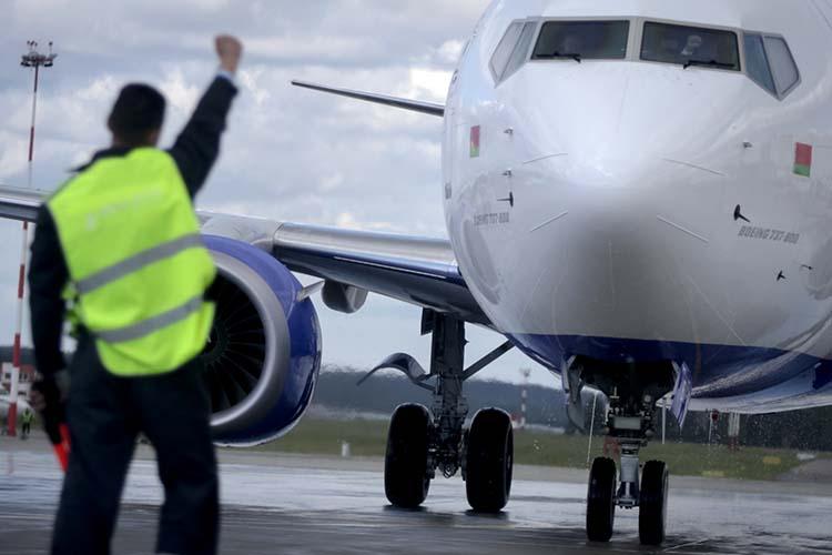 Саммит Евросоюза постановил запретить белорусским авиакомпаниям осуществлять рейсы ваэропорты ЕСилетать над территорией Евросоюза. Более того, Брюссель рекомендовал европейским перевозчикам отказаться отполетов ввоздушном пространстве Беларуси