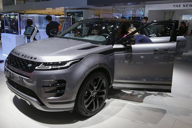 Land Rover модели Range Rover продается за 6,8 млн. По словам продавца, в ДТП «британец» не попадал. Пробег выше среднего у данных моделей, подсказывает сайт объявлений (62 тыс. км). Стоимость новых авто начинается от 9 млн рублей