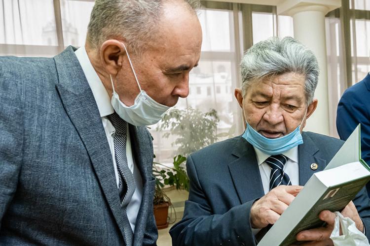 Назиб Мазитов (справа):«Речь идет нетолько оборганике, аотом, жить или нежить нации! Идут пищевые отравления, снижение иммунитета. Вторая проблема— недоступность экологически чистых продуктов для бедных слоев населения. Где была наука?»
