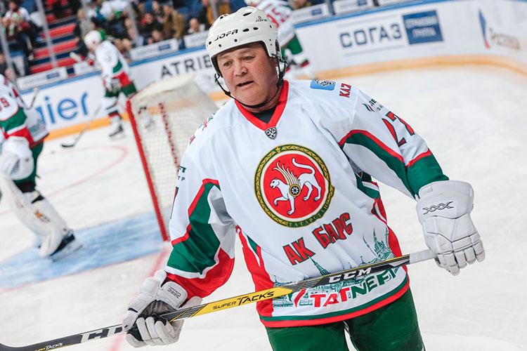 54-летний менеджер— знаковая фигура для татарстанского хоккея. Воспитанник СК им.Урицкого был капитаном легендарного «АкБарса», который в1998 году стал впервые чемпиономц России