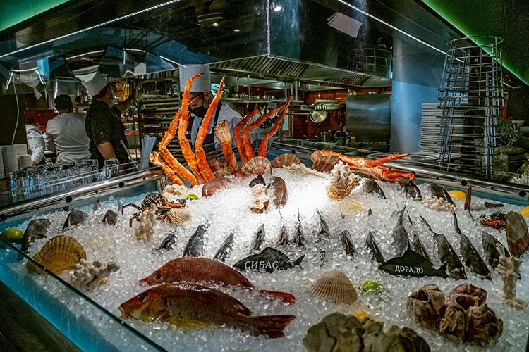В меню ресторана представлено более 15 разделов с рыбой и морепродуктами», — сказано в описании на официальном сайте заведени