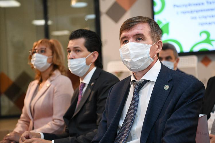 В«Ковре» а встрече также присутствовали министр экономики РТМидхад Шагиахметов, уполномоченный при президенте РТпозащите прав предпринимателейФарид Абдулганиев ипредставители министерств