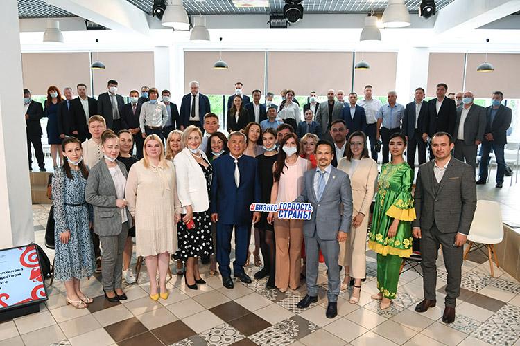 После завершения официальной части мероприятия президент сделал общую фотографию соспикерами