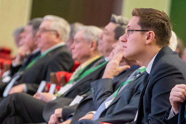 Выручка агрохолдинга АО«КВАгро»Аделя Хайруллина (крайний справа)— наследника сельскохозяйственной империиАйрата Хайруллина—в2020 году снизилась на3% относительно 2019 года, с3,34млрд до3,24млрд рублей