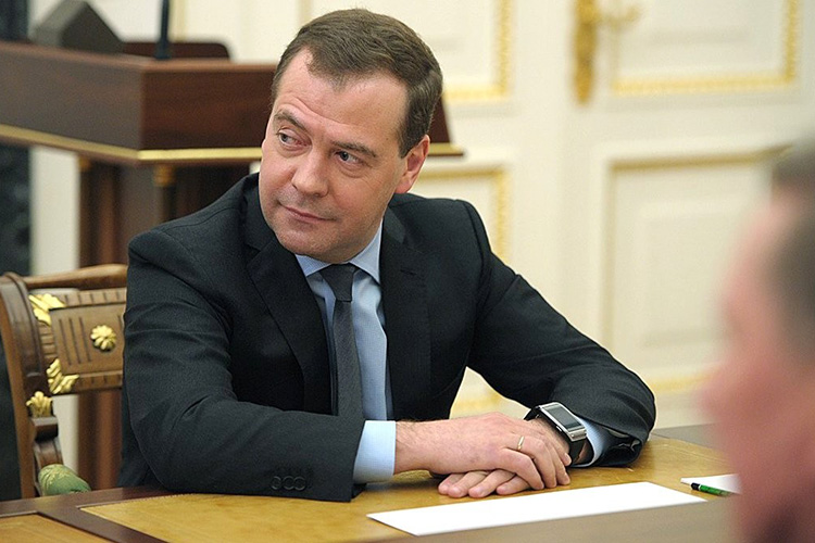 Дмитрий Медведев:«Прививка сама посебе предполагает согласие человека наееосуществление, тоесть, иными словами, мыисходим издобровольности прививок. Ноиногда вгосударственных интересах, винтересах защиты подавляющего большинства населения такого рода решения могут носить иобщеобязательный характер»