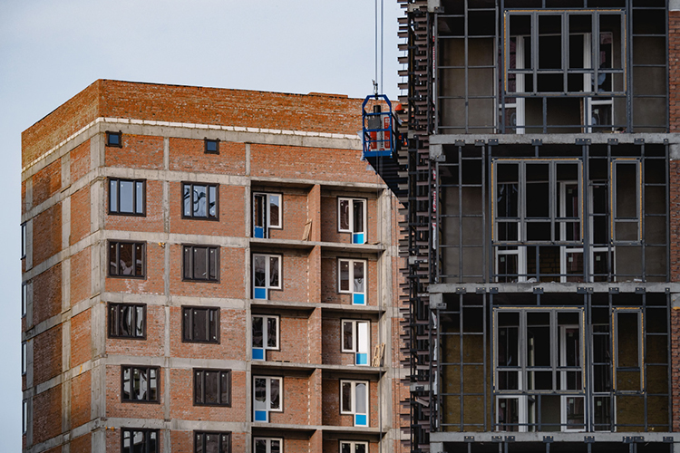 Задача наэтот год— выйти наввод жилья в85млн кв.м. Фактически это означает, что стране предстоит возвращение в2015 год— тогда построили столькоже