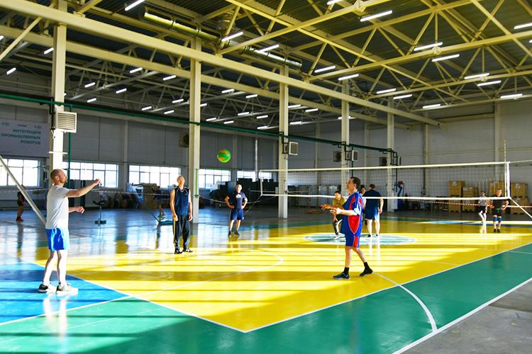 «Недавно было достроено новое здание на2тыс.кв.метров, пока крупных заказов нет, оно отдано под спортивно-развлекательную зону. После работы сотрудники тут вфутбол, волейбол, настольный теннис играют»