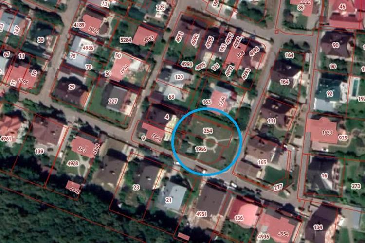 Пословам местных жителей, история детской площадки началась около 20 лет назад. Под ней— два смежных земельных участка под индивидуальное жилищное строительство