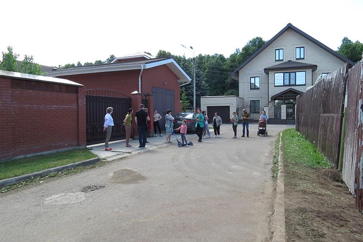 Пословам Фахрутдинова, с2009 года научасток, который местные жители неуспели оформить всобственность, постоянно велась борьба. «Небуду называть имена ифамилии, ноэто серьезные люди. Приходили, пытались все это забрать»
