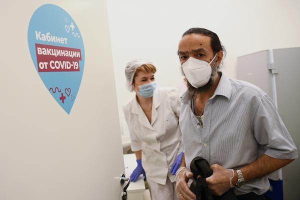 Первоочередная задача сейчас— расширить контингент прививаемых, имобильные пункты вакцинации вэтом помогут