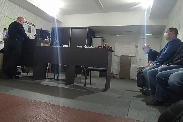 Помещение тира делится натри части: учебный зал скомпьютерами, сам тир соружейной комнатой ихолл с«ресепшеном». Все находится вподвале сшумоизоляцией. Выстрелы слабо слышны лишь всоседних комнатах оттира