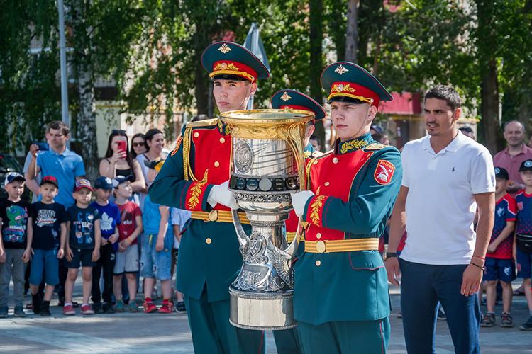 Накануне вНижнекамске состоялся маленький хоккейный праздник: город принимал усебя главный хоккейный трофей страны— Кубок Гагарина