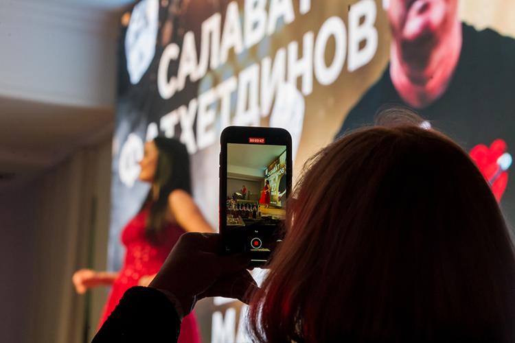 Чтобы послушать живое выступление легенды татарской эстрады нужнобыло потратиться. Входной билет вресторан стоил 2тыс. рублей счеловека, кроме того, настолы действовал депозит