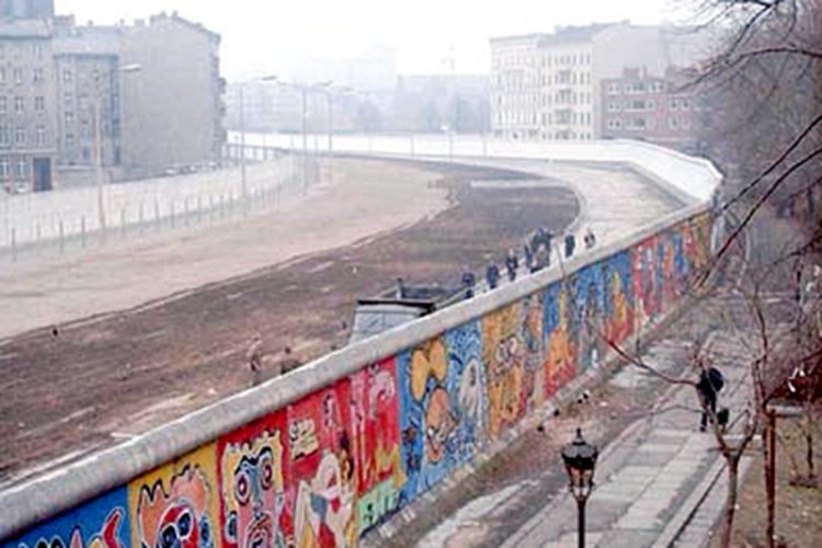 «Промышленность ГДР Западной Германии была ненужна. Имнужен был рынок сбыта. Врезультате после падения Стены внекоторых восточных немецких городах треть населения составляли получатели социальной помощи»
