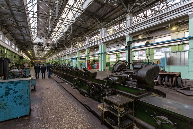 Главной точкой роста поступлений в2020-м стала реализация основной продукции завода, которая увеличилась на16% до2,97млрд рублей. При этом практически все госконтракты КОМЗа, кроме коммунальных, сокрыты отпосторонних глаз