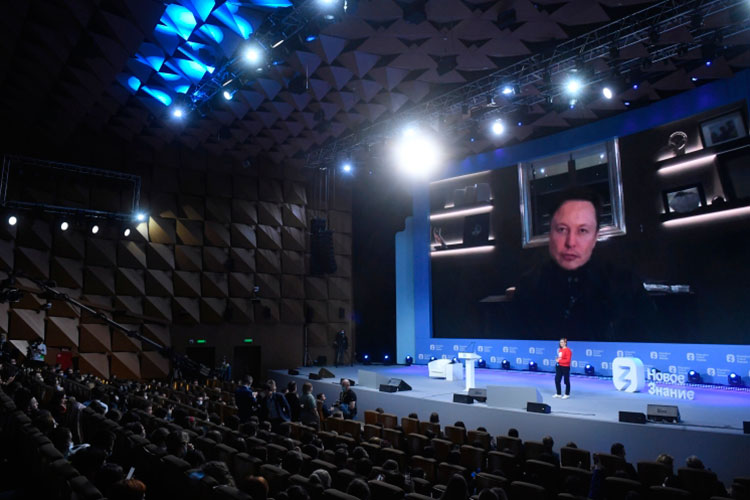 «Кто-то говорит, что вот сейчас Маск запустит спутники синтернетом… Нонаэто ответ простой: «Ребята, если мыувидим спутник, который над нами раздает интернет, мыего будет сбивать лазером»