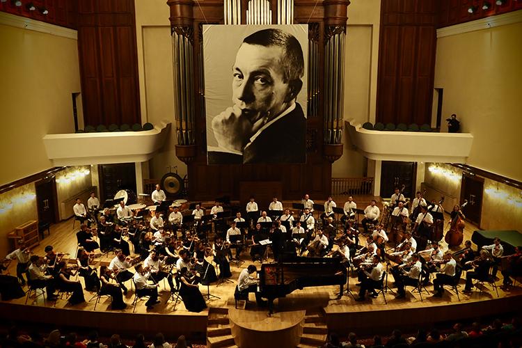 «Мне очень нравится сам концертный зал иатмосфера, которой его наполняют музыканты. Каждый человек— это важнейший столп всоздании этого храма. Сразу видно, как много они вкладывают всвою работу»