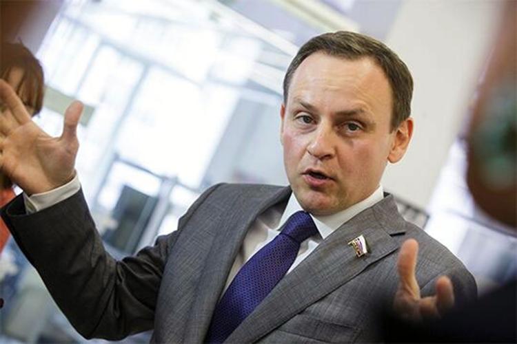 Руководитель аппарата ХабироваАлександр Сидякинвыигрывает региональные праймериз «Единой России» ивсерьез подумывает овозвращении вфедеральный парламент
