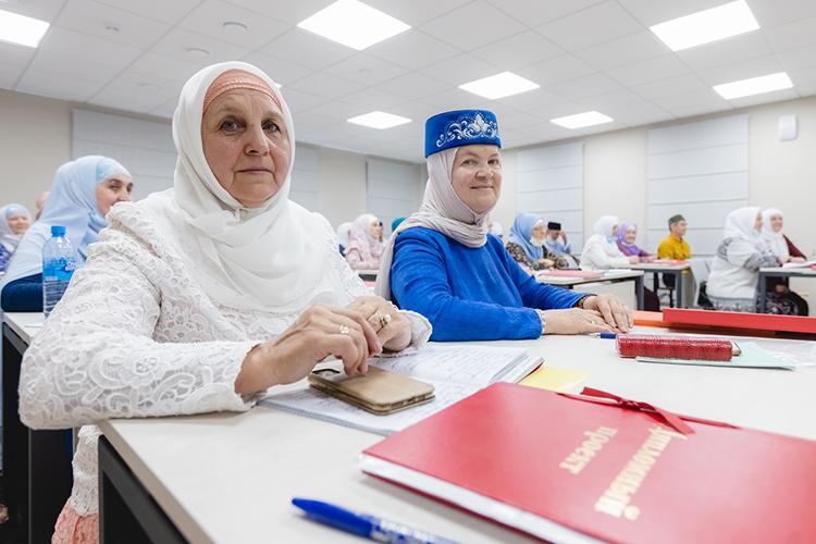 Обучение ведется по56 предметам (богословские исветские науки) нататарском иарабском языках