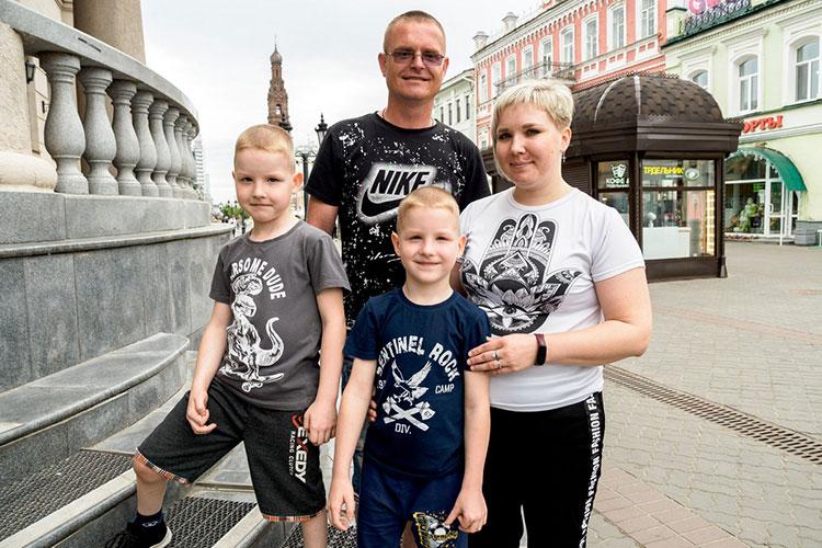 Родители возили детей на гипсования в Казань, потом им сделали ахиллотомию (пресечение ахиллова сухожилия), мальчики носили брейсы — специальную обувь, которая закрепляла полученный результат