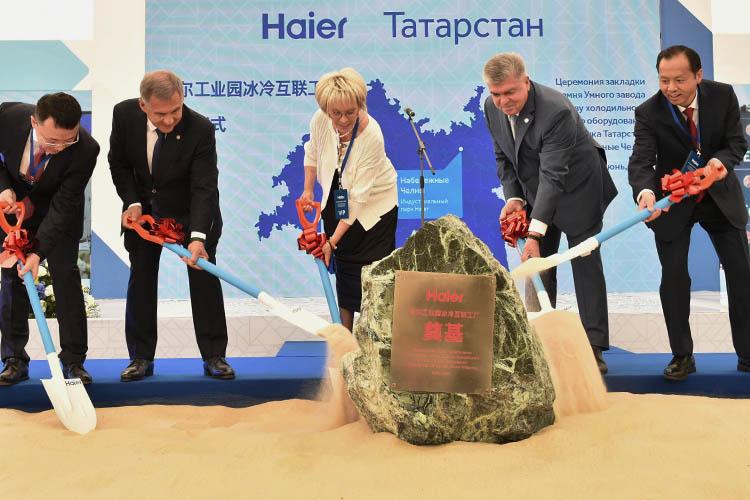 Вместесгостями РустамМинниханов иНаиль Магдеев насыпали насимволический нефритовый камень подготовленный песок. Старт строительству дан!Ожидается, что завод введут вэксплуатацию воIIквартале 2022 года